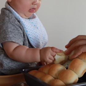 育児中のスタッフから届いた写真。「この腕を見ていて、ちぎりパンを作りたくなりました」。!!