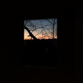 夕暮れの窓辺から。冬になって、夕焼けがきれいな日が増えた気がします。